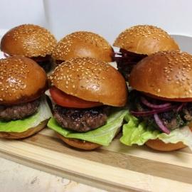 Гамбургеры с говядиной и маринованным луком