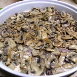 Язык под сливочным соусом с грибами