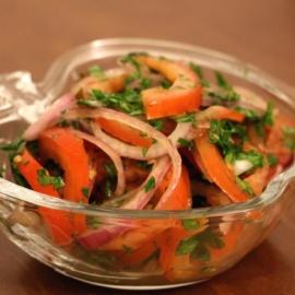 Салат с помидорами и фиолетовым луком
