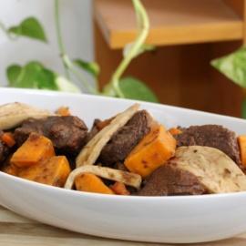 Жаркое из телятины с белым вином, грибами и малиновым вареньем