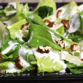 Зеленый салат с йогуртовой заправкой и голубым сыром