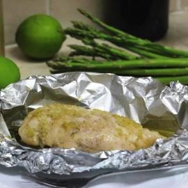Запеченная куриная грудка со спаржей в медовом соусе