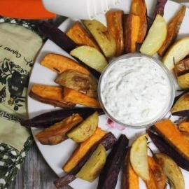 Разноцветный запеченный картофель со сметанным соусом