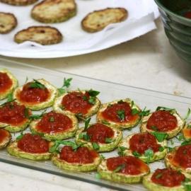 Жареные кабачки с томатным соусом