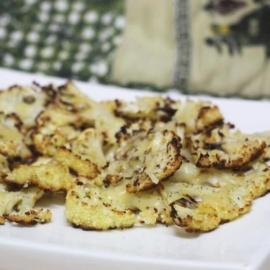 Чипсы из цветной капусты с пармезаном
