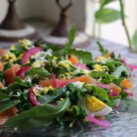 Зеленый салат с лососем, яйцами и соусом песто