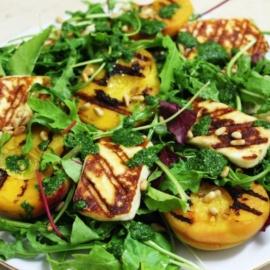 Салат с персиками и халуми на гриле