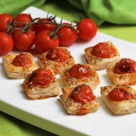 Тарталетки из слоеного теста с помидорами черри