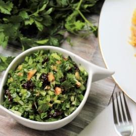 Зеленый салат с клюквой и орехами
