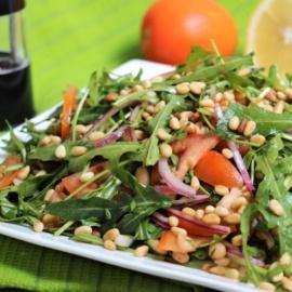 Салат с рукколой, помидорами и фасолью