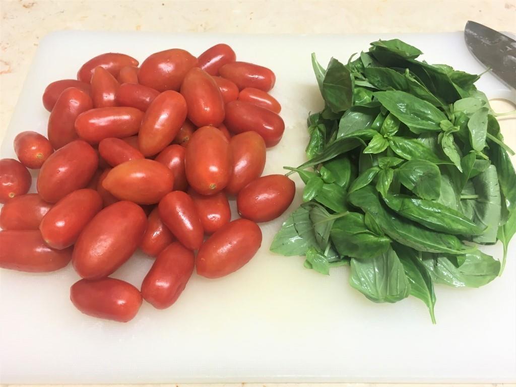 Летний салат с черри и кедровыми орехами