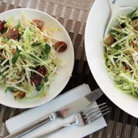 Салат из капусты, орехов и ростков
