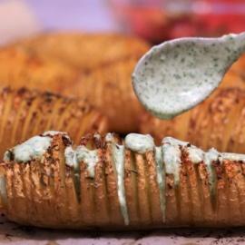 Картошка-гармошка с зеленым йогуртовым соусом