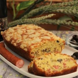 Закусочный кекс с колбасками и оливками