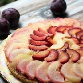 Осенний перевернутый пирог с грушами и сливами