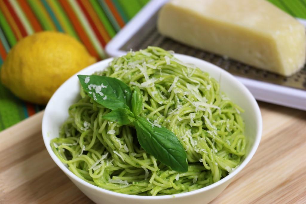 Спагетти с соусом из авокадо и базилика