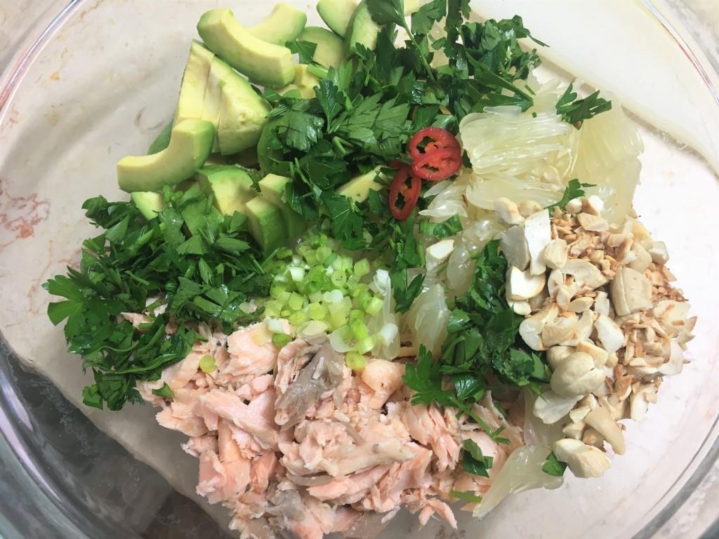 Салат с лососем, помело и авокадо