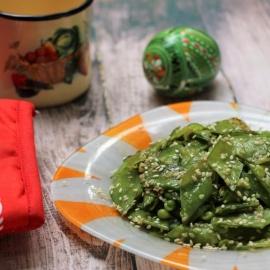 Молодой зеленый горошек с чесноком и кунжутом