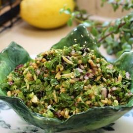 Салат с зеленью, клюквой и орехами