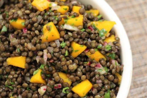 Салат из черной чечевицы и манго