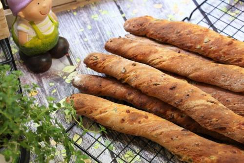 Хлебные палочки с оливками и сыром